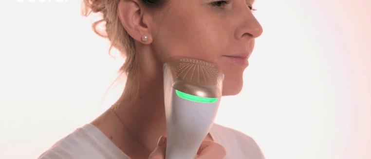 mujer usando la Velvet Skin Pro de Beurer
