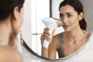 mujer usando Lumea Prestige de Philips en la cara