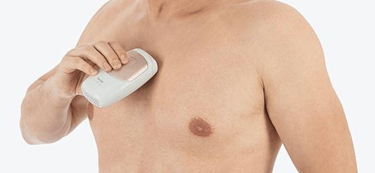 hombre usando la Satin Skin Pro de Beurer