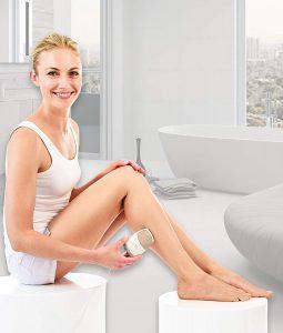 mujer usando la Satin Skin Pro de Beurer en la pierna