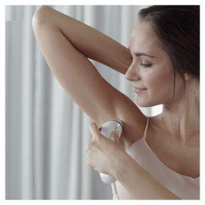 mujer usando la Silk-expert 3 de Braun