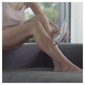mujer usando una depiladora IPL de Braun en la pierna