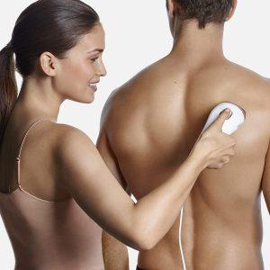 mujer depilando a un hombre con la Silk-expert 5