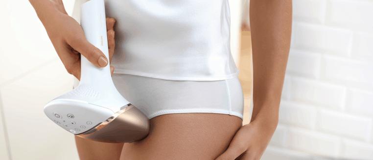 mujer usando una depiladora IPL