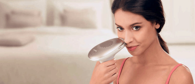 mujer usando Depiladora IPL en la cara