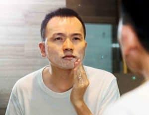 hombre poniéndose crema en la barba corta