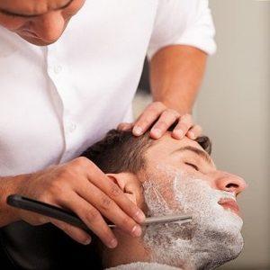 hombre siendo afeitado