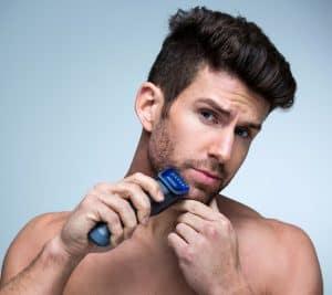 afeitarse con una maquina de afeitar