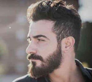 hombre con barba frondosa