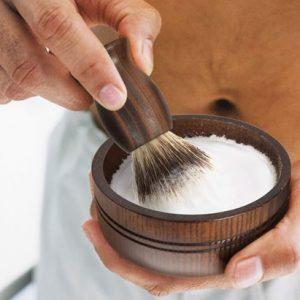 hombre haciendo espuma para afeitarse