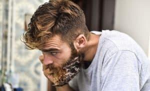 hombre lavándose la barba con jabón para barba