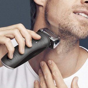 hombre usando una máquina de afeitar