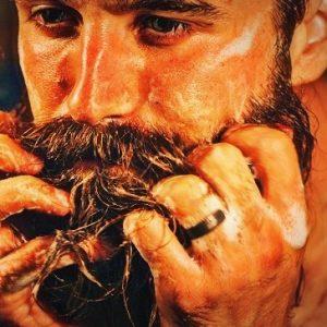 joven lavándose la barba