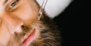 hombre echándose aceite para la barba