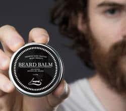 hombre con bálsamo para la barba