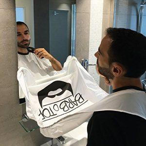 hombre usando un delantal para afeitarse blanco