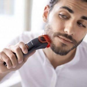 joven recortándose la barba