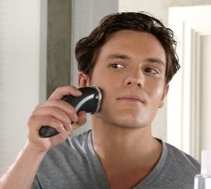 hombre con una maquina de afeitar