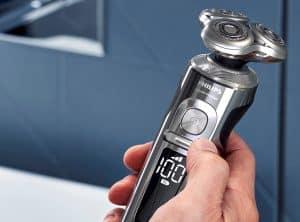 hombre con maquina afeitar philips
