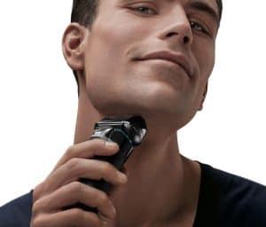 hombre usando una Braun - Series 5