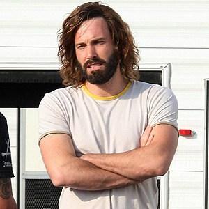 hombre con pelo largo y barba