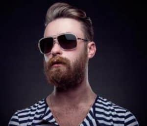 hombre con barba y gafas de sol