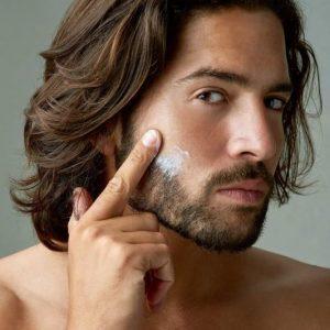 hombre aplicando bálsamo para la barba