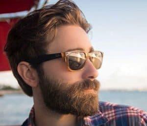 hombre con barba cuidada