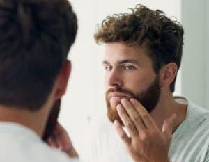 hombre cuidándose la barba