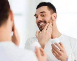 hombre hidratándose la barba