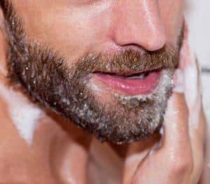 hombre lavándose la barba