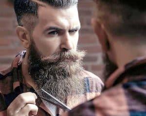 hombre arreglandose la barba