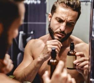 hombre con aceite para la barba
