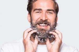 hombre usando champú para barba