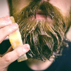 hombre lavándose la barba con jabón