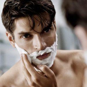 hombre con espuma en la barba