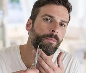 chico arreglandose la barba