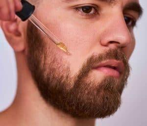 hombre poniéndose aceite en la barba
