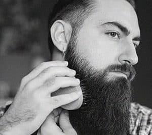 hombre cepillándose la barba