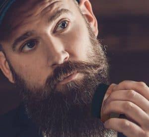 hombre peinándose la barba