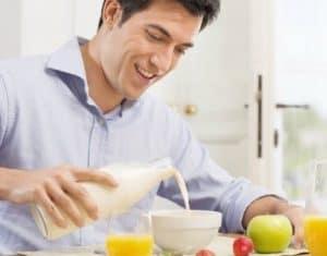 hombre comiendo sano