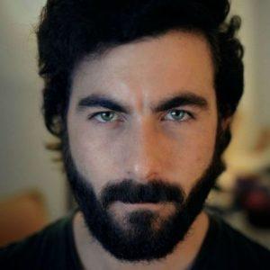 hombre con barba de 3 días larga