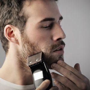 hombre recortándose la barba de 3 días