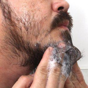 hombre limpiándose la barba de 3 días