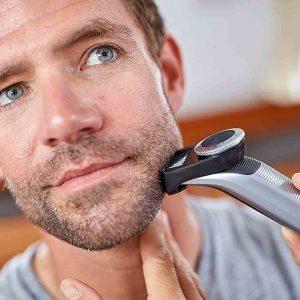 hombre usando una recortadora de barba