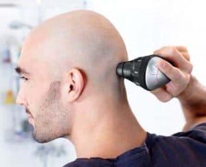 hombre rapándoselo el pelo con una cortapelos