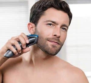 joven usando un barbero
