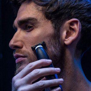 hombre afeitándose con una recortadora de barba rowenta