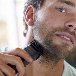 hombre rasusandose la barba con recortadora de barba philips