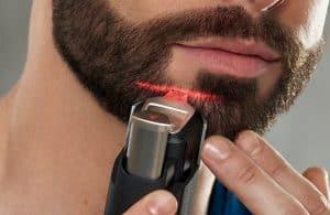hombre usando recortadora de barba philips en la barba